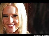 Gorąca blondi dostaje w każdą dziurkę