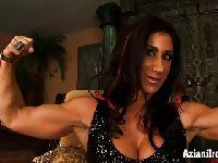 Wysportowana brunetka pokazuje mięśnie