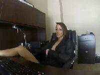 Nikki masturbuje się w biurze