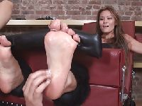 Azjatka i jej gładziutkie stopy
