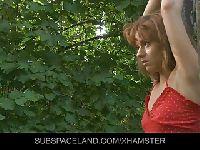 Czerwony kapturek ruchany w lesie