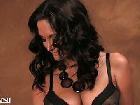 Seksowna brunetka bawi się cipką