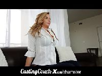 Casting na czarnej kanapie