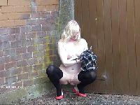 Blondynka pod murkiem