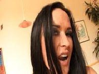 Zachwycona brunetka