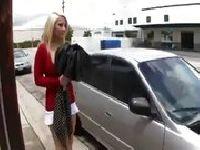 Poderwał ją przy samochodzie