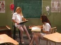 Dwie uczennice w szkole