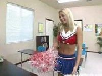 Cheerleaderka puszcza się w klasie