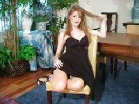 Palcówka w czarnej sukience