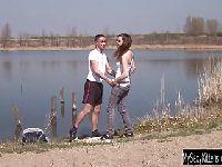 Pieprzy się przy jeziorze