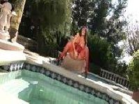Masturbuje się na basenie