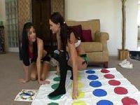 Lesby grają w Twistera