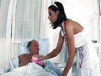 Pielęgniarka pomaga pacjentowi