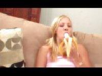 Leah Luv zjada banana