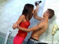 Naprawia jej prysznic