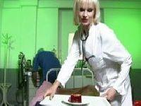 Pielęgniarka zabawia się na dwa baty