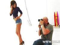 Fotograf chce ją wyruchać