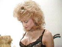 Nina Hartley masturbuje się kolbą kukurydzy