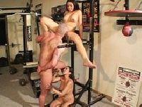 Azjatka bzykana w siłowni