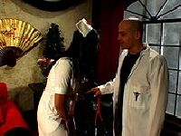 Doktor sprawdza umiejętności pielęgniarki