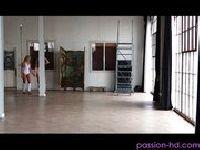 Gimnastyczka artystyczna macha dupcią