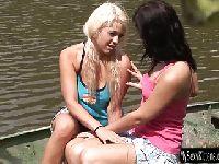 Jeanine i  Diana nad jeziorem