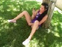 Pali i masturbuje się pod drzewkiem