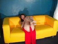 Trzy dziurki na żółtej sofie