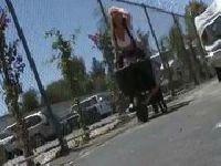 Avy Scott na szkolnym boisku
