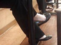 Fetyszysta podgląda stópki