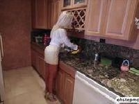 Macoszka zaczepiona w kuchni