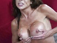 Ospermił jej duże piersi