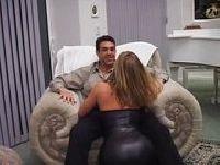Uklęknęła przed jego chujem