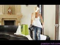 Zdradza żonkę w salonie