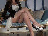 Elegantka pokazuje nogi