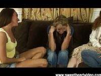Dwie dojrzałe suki uczą nastolatkę