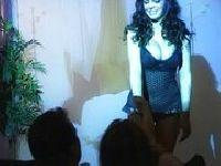 Pokaz piersi na scenie