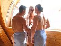 Dwóch macho pieprzy laskę w saunie
