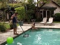 Czyści basen, a później rżnie panią domu