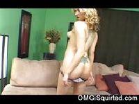 Dojrzała blondi zdejmuje majteczki