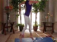 Gimnastyczka wygina się przed kamerą