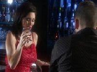 Pijana MILF zaczepia go w barze