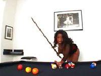 Cizia z Afryki gra w bilard