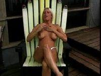 Brooke Hunter na leżaczku