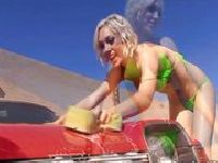 Lily Labeau myje samochód w bikini