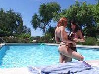 Vixen i Chloe na basenie