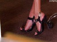 Sekretarka eksponuje swoje nogi