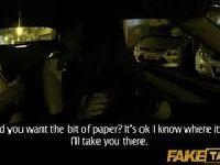 Brunetka płaci lodzikiem za taksówkę