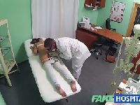 Uczennica na badaniach u lekarza