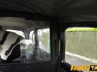 Elegantka zerżnięta w taksówce